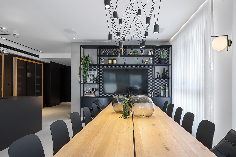 תאורה מעוצבת מעל שולחן האוכל