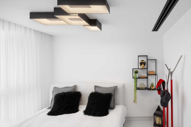 תאורה מעוצבת צמודה לתקרה בחדר שינה