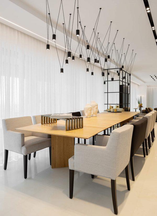 תאורה מעוצבת ויוקרתית מעל שולחן האוכל