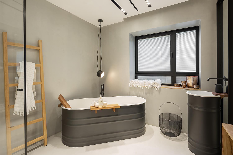 מנורה תלויה לחדר מקלחת בצבע שחור