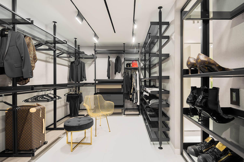 חדר ארונות מעוצב עם מסלולי תאורה מקצועיים