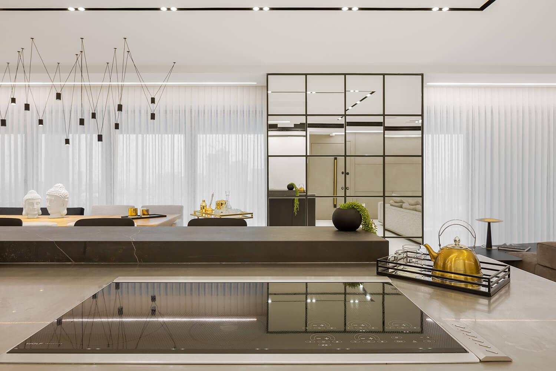 מטבח מעוצב בגופי תאורה להשלמת עיצוב הבית