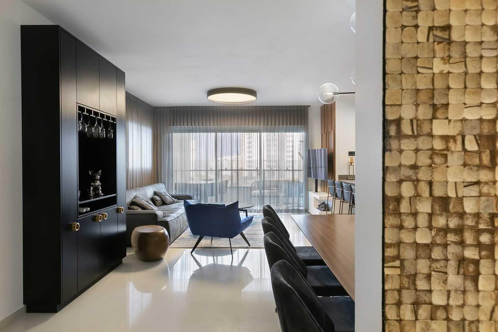 תאורה עגולה צמודה לתקרה בסלון