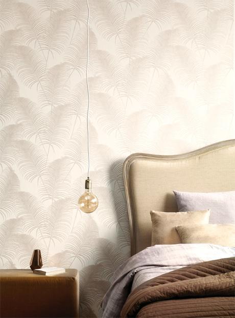 מנורה תלויה בשילוב טפט לעיצוב החדר שינה