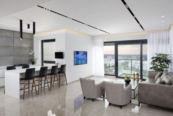 בית בעיצוב אדריכלי עם תאורה מקצועית