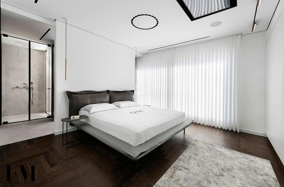 חדר שינה מעוצב עם טאץ' אדריכלי