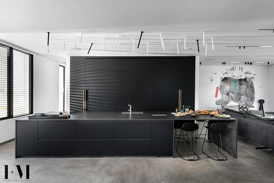 מטבח מודרני עם גופי תאורה דקורטיביים