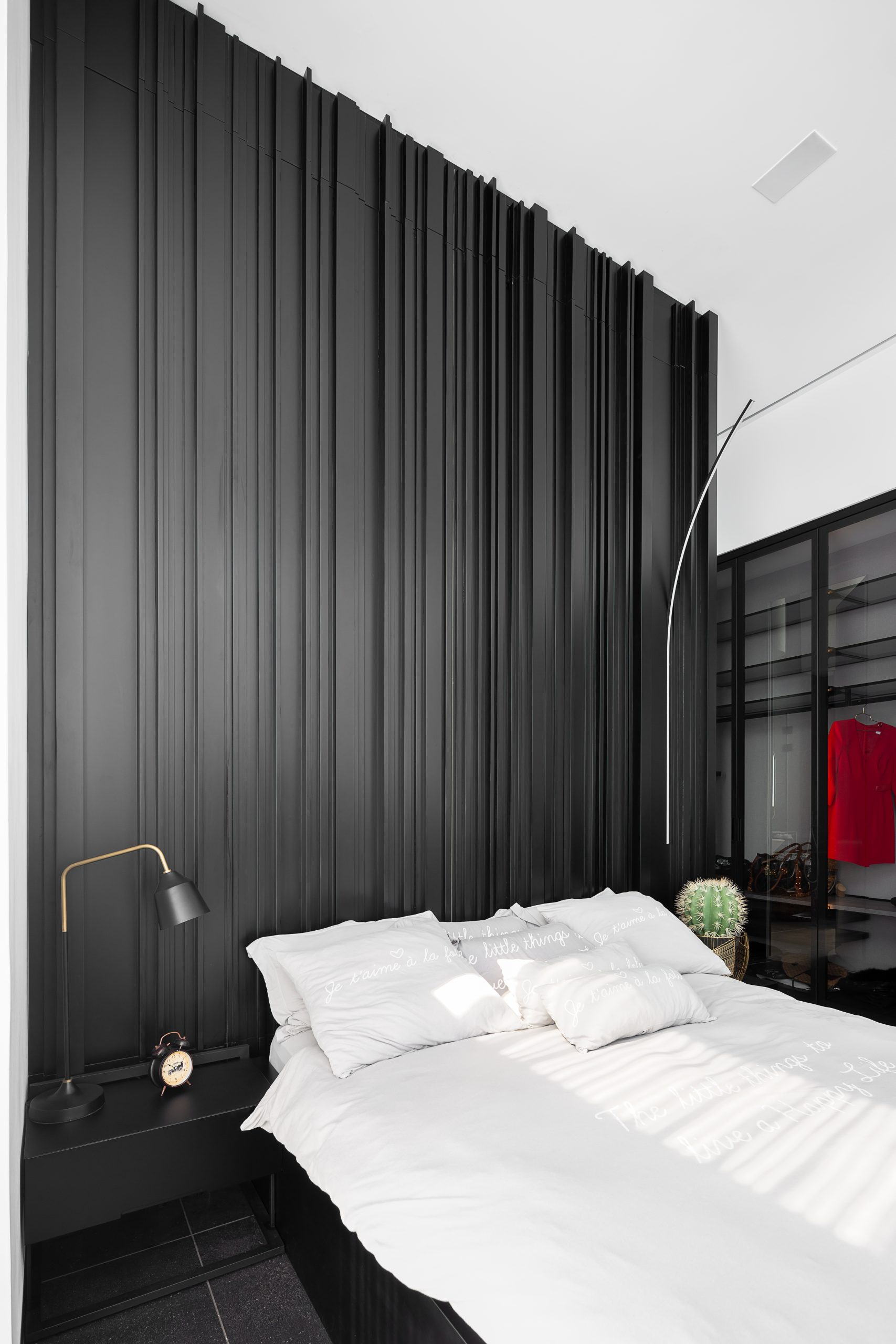חדר שינה מעוצב עם וילונות שחורים