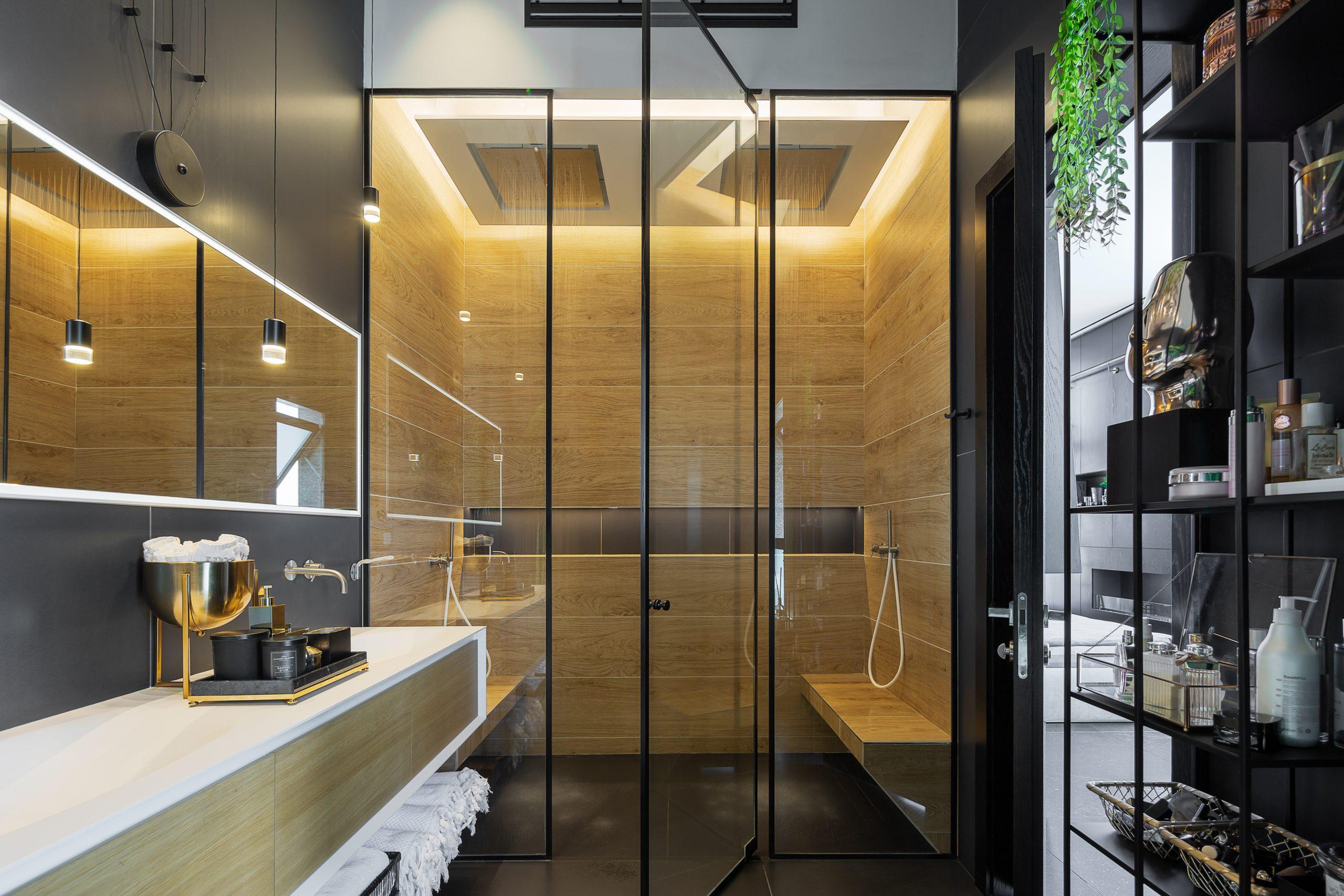 מקלחת מעוצבת עם תאורה מקצועית