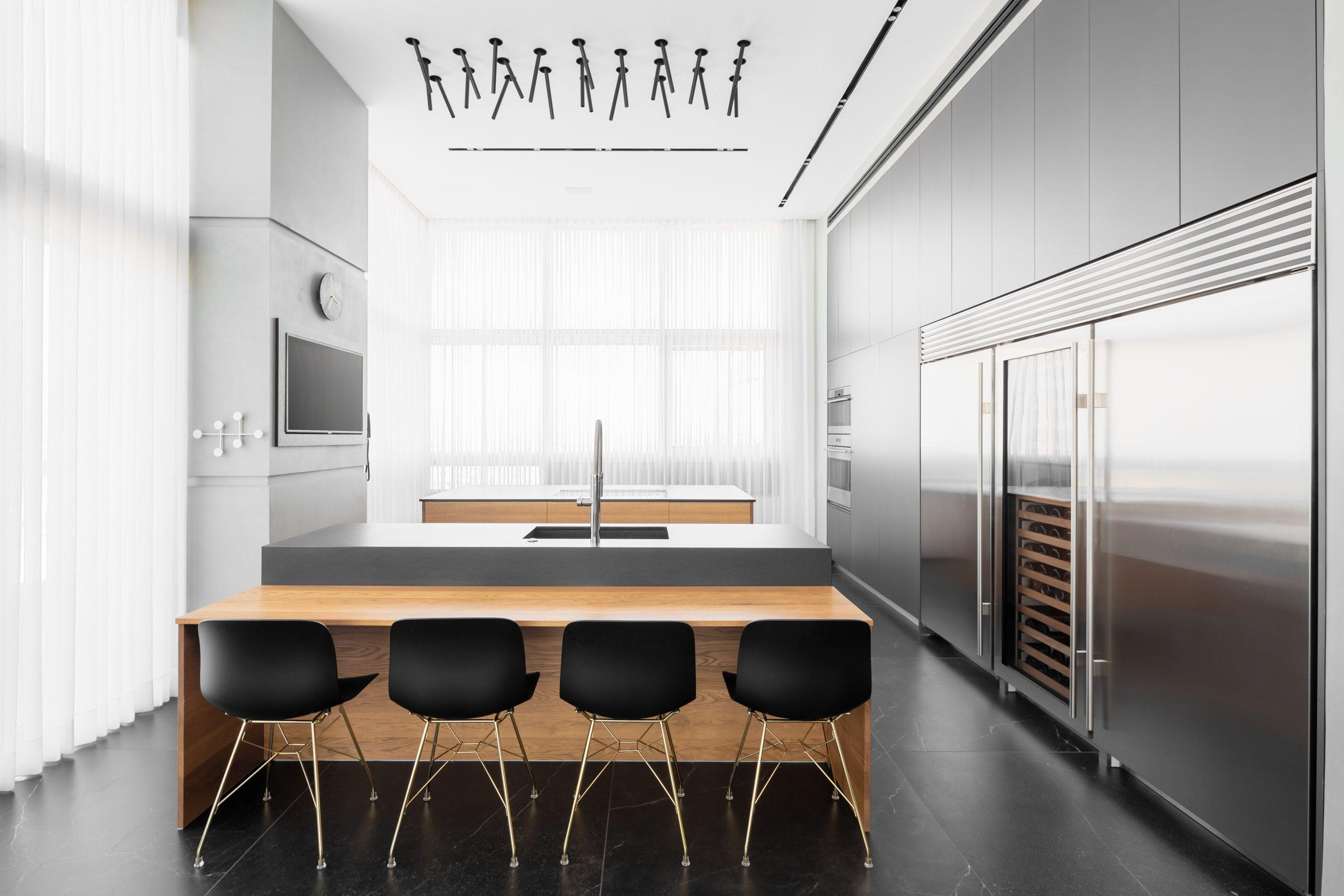 מטבח מודרני מעוצב עם גופי תאורה דקורטיביים