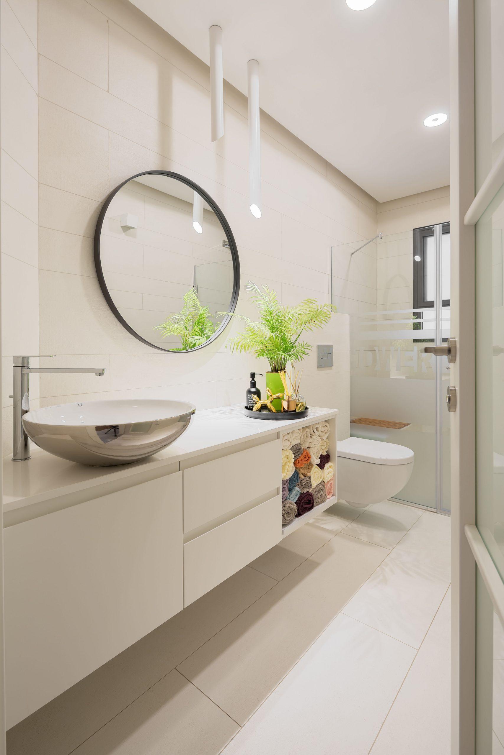 חדר מקלחת מעוצב לבן עם תאורה מעוצבת מבית סיטי לייט