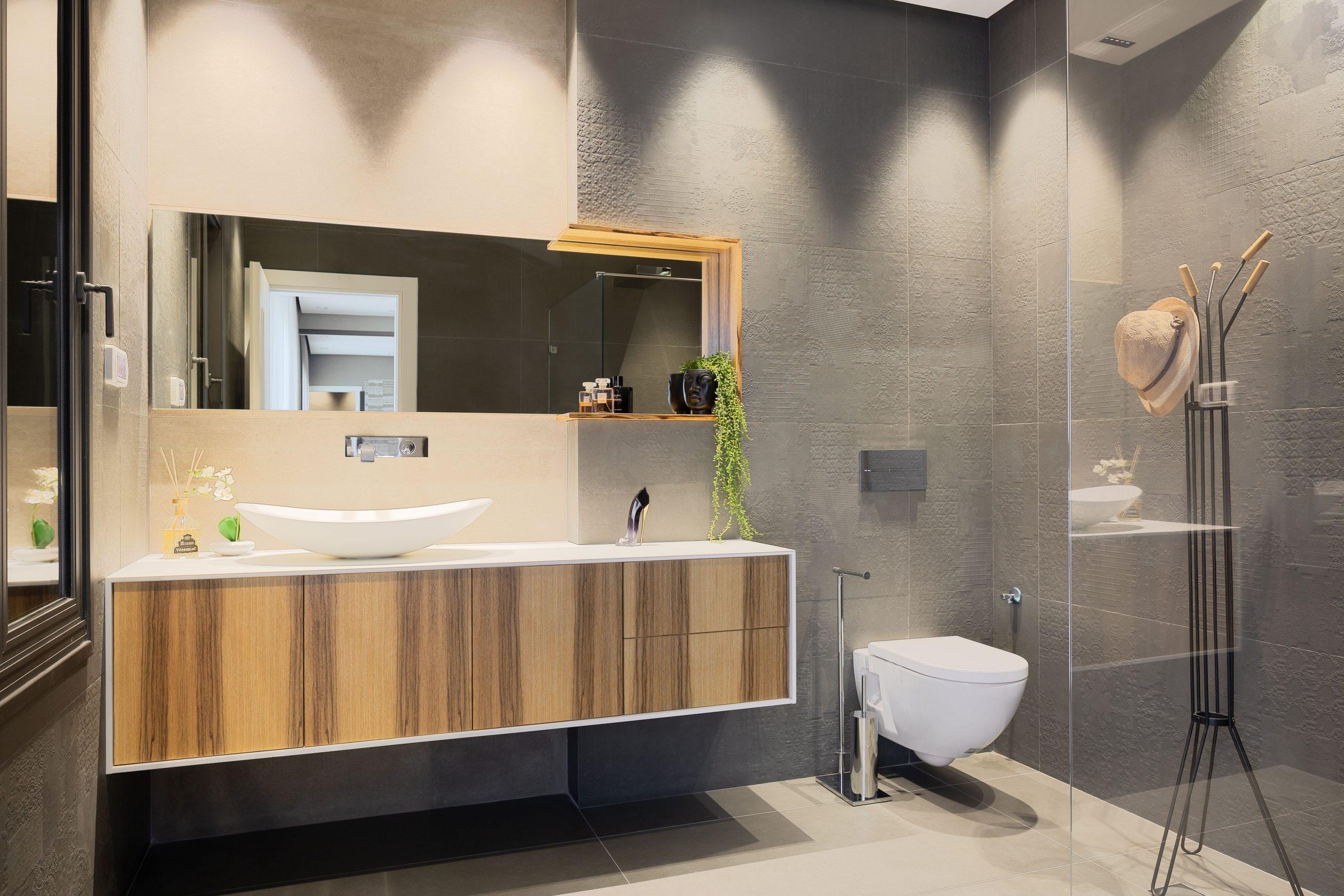 חדר מקלחת מעוצב עם תאורה מקצועית