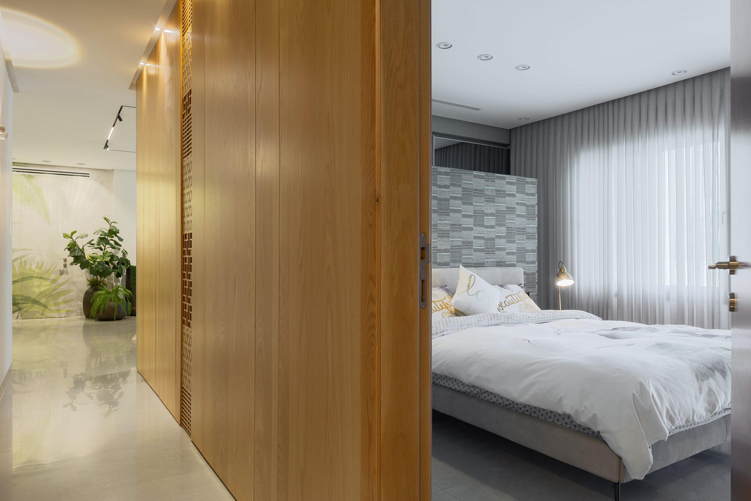 חדר שינה ומסדרון בעיצוב אדריכלי