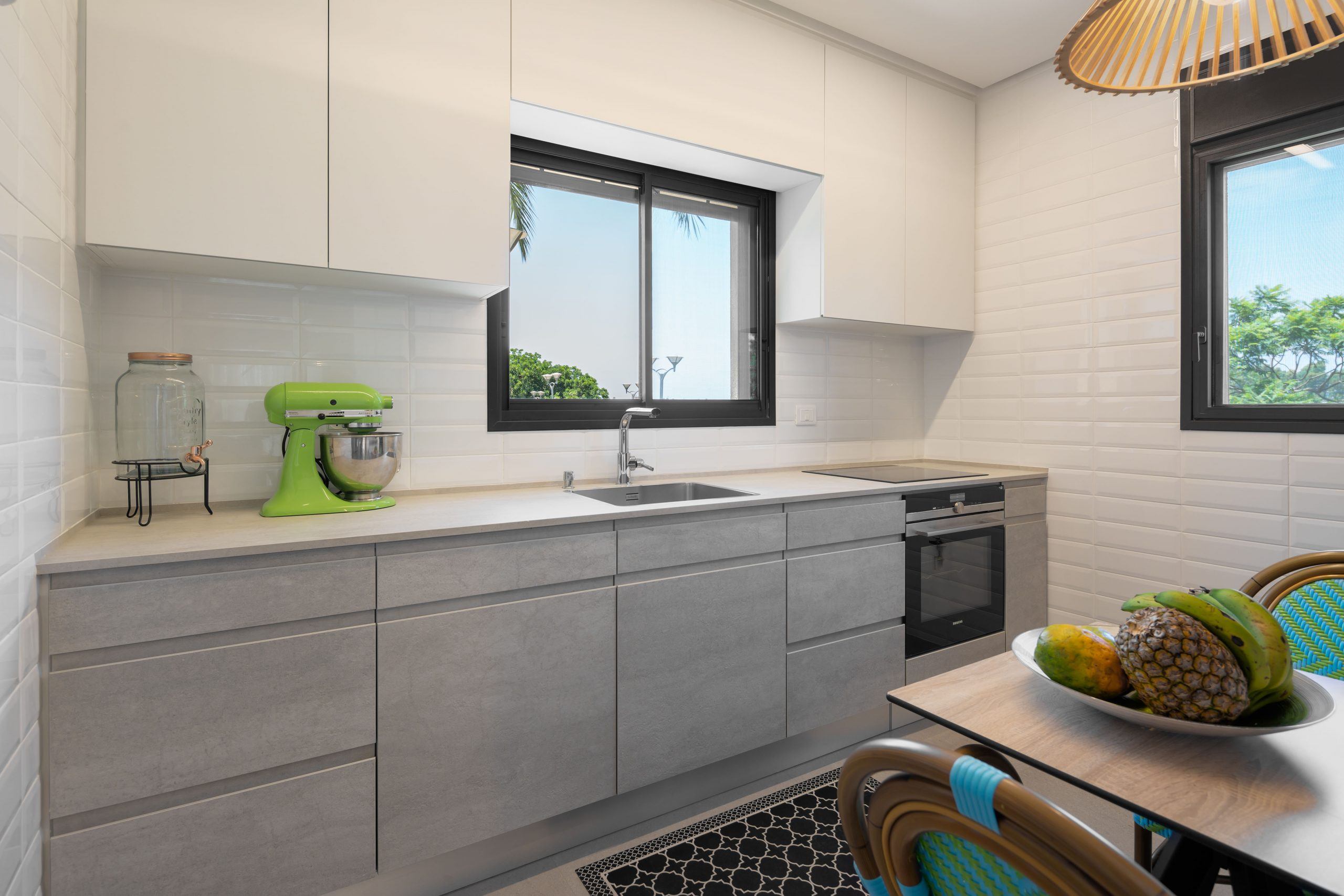 מטבח בעיצוב מודרני לבן ואפור