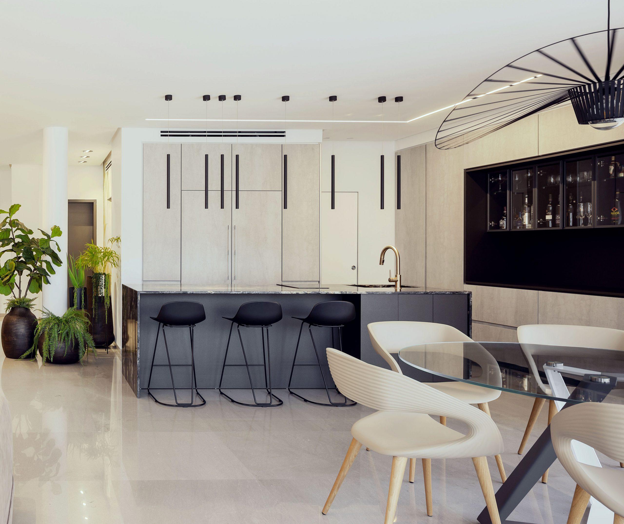 מטבח בעיצוב אדריכלי עם גופי תאורה תואמים